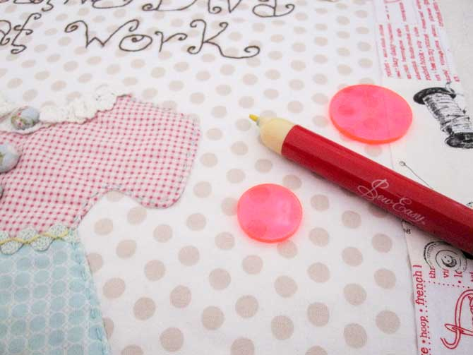 Trace around the two smallest Sew Easy Circle templates to create the random quilting pattern on the Darling Diva wall quilt.
