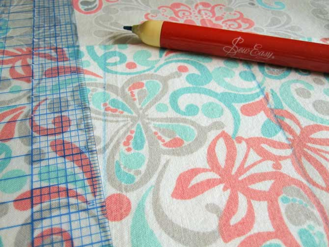 Mark divisions on the pocket piece. This piece is created on only one side of the lining, but if you'd like more pockets, you can do this on both sides of the bag lining.
