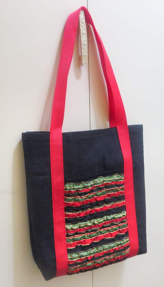 Tote bag using texturized fabric for pockets