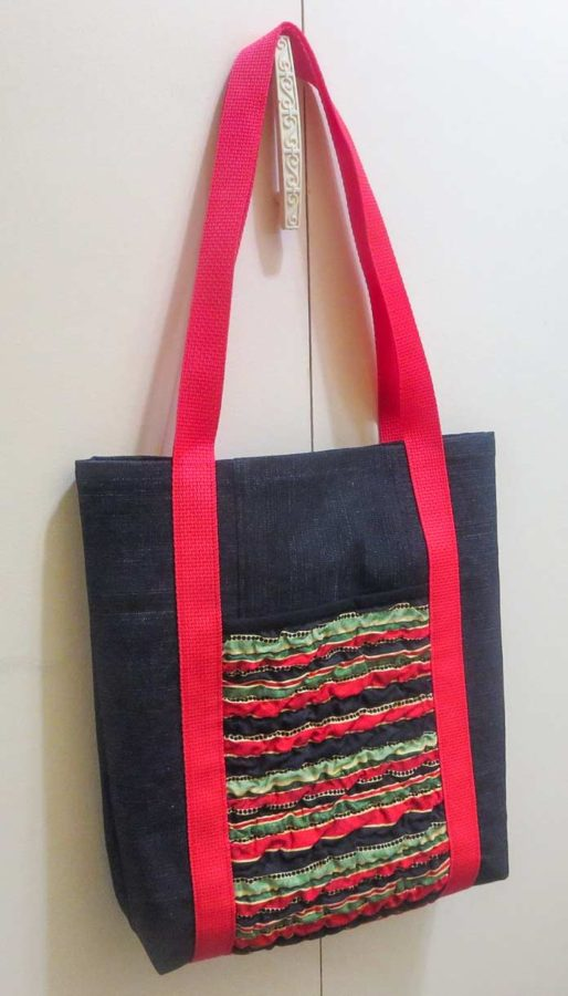 Tote bag with texturized fabric for outside pockets