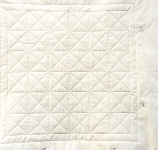 The center grid quilted with Gütermann spun silk thread