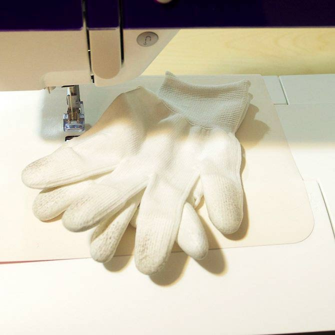 Rubber tipped gloves for quilting