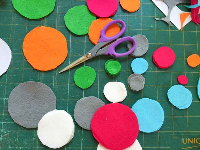 Cut various sized circles out of the wool felt.