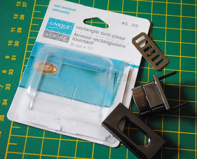 A rectangular turn clasp will be added to the selvage bag made with the NQ900 sewing machine.