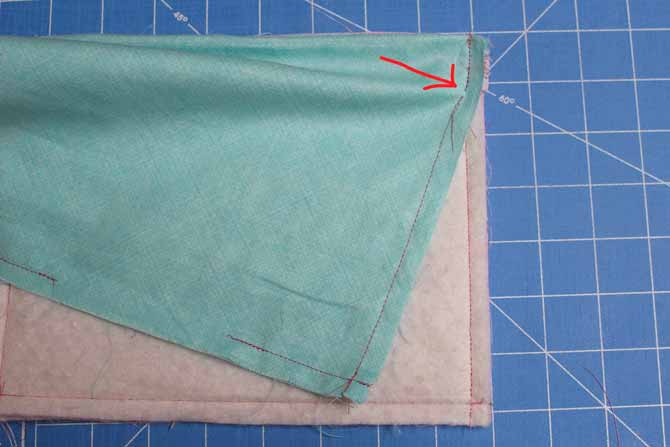Sew the side seams of the outer bag and the lining, stopping at the end of the previous stitching.